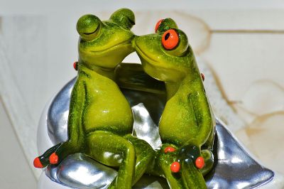 kissing frog statue