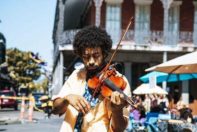 violin player on city